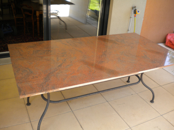mobilier-granit-table-multicolor-rouge-grande-table-pieds-fer-forge