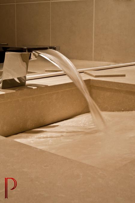 salle-de-bain-quartz-vasque-en-pente-caniveau-robinet
